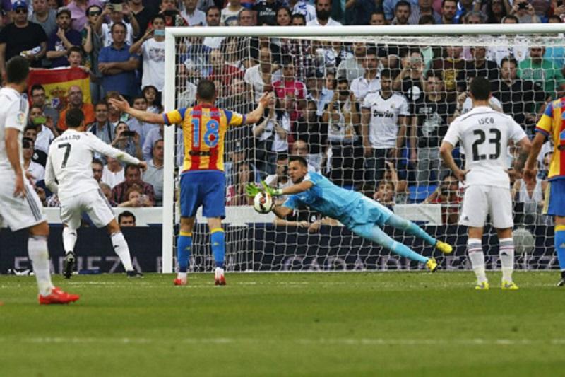 Diego Alves Gagalkan Penalti Cristiano Ronaldo
